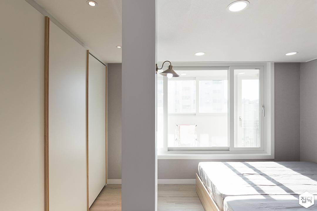 안방,화이트,모던,그레이,슬라이딩붙박이장,침대,붙박이장,맞춤가구,LED조명