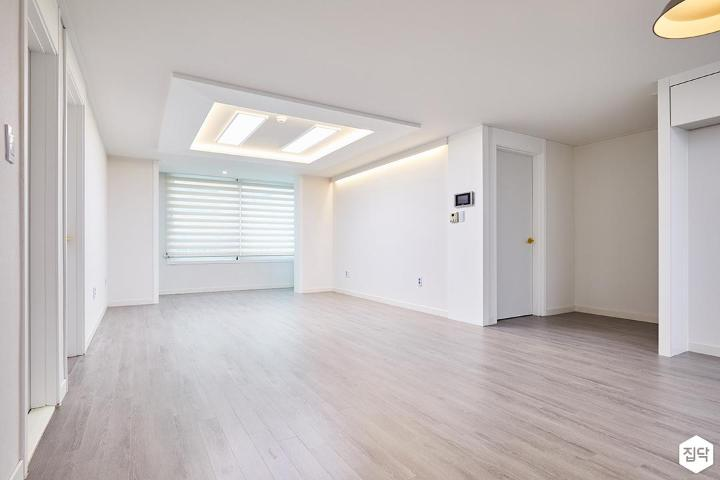 거실,화이트,심플,우물천장,LED조명,간접조명,강마루