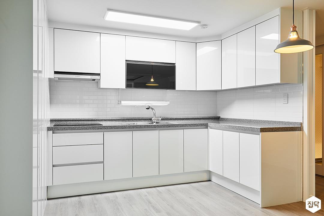 주방,화이트,심플,ㄱ자싱크대,LED조명,펜던트조명,맞춤가구,강마루