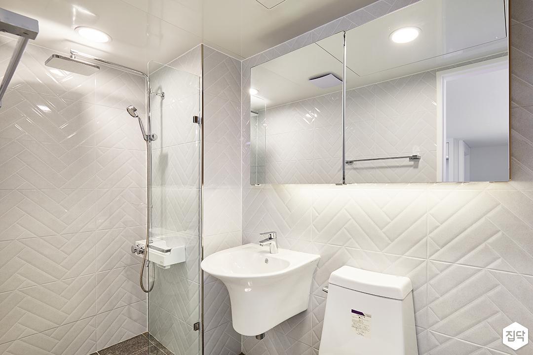 욕실,화이트,심플,슬라이딩거울장,유리파티션,LED조명,세면대,헤링본패턴