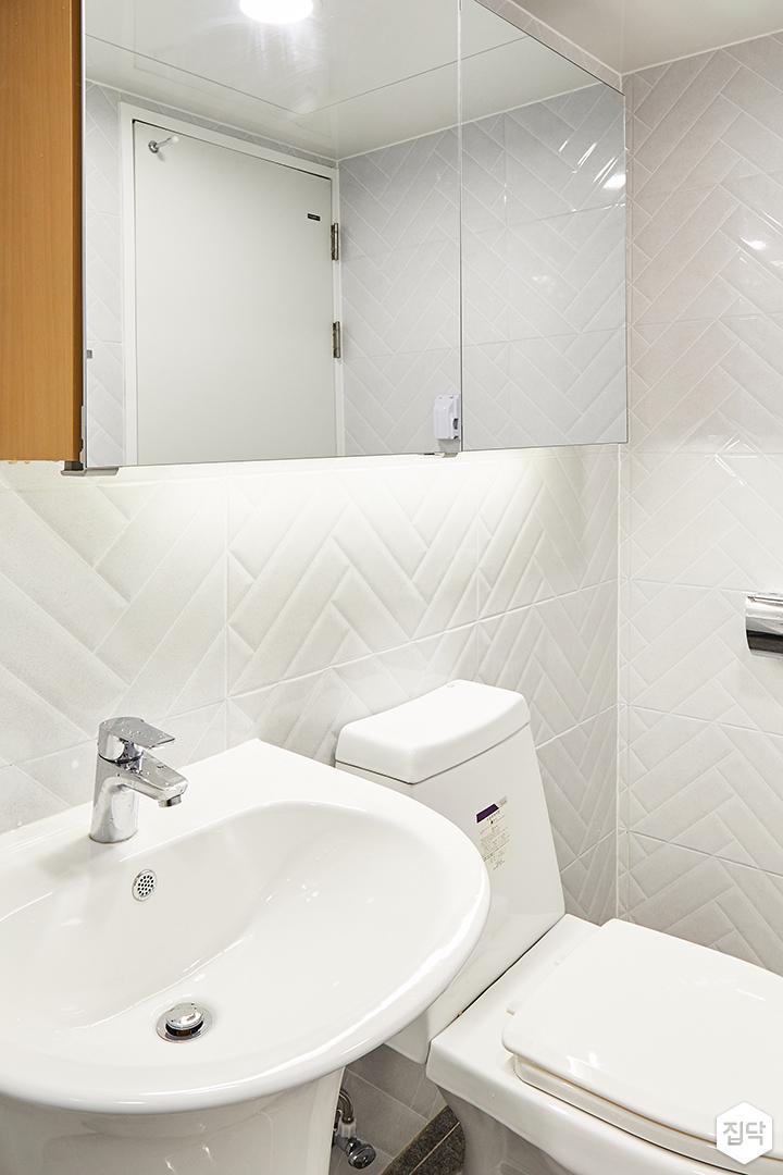 욕실,화이트,심플,슬라이딩거울장,세면대,양변기,헤링본패턴