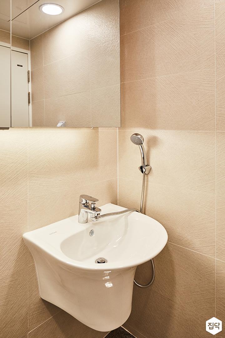 욕실,화이트,심플,간접조명,슬라이딩거울장,수전