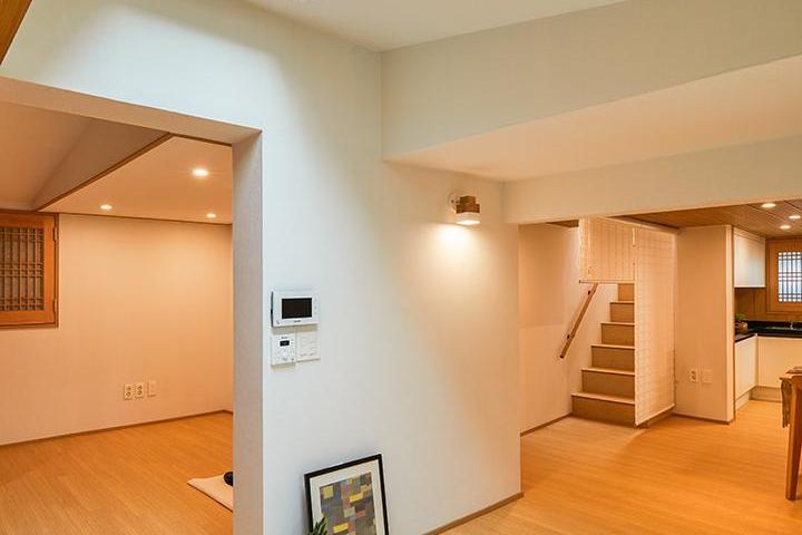거실,내츄럴,브라운,화이트,브라켓조명,액자,식탁,가벽,천장,채광창