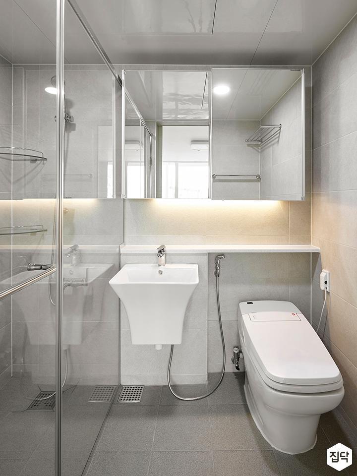 욕실,화이트,심플,슬라이딩거울장,세면대,양변기,유리파티션,간접조명