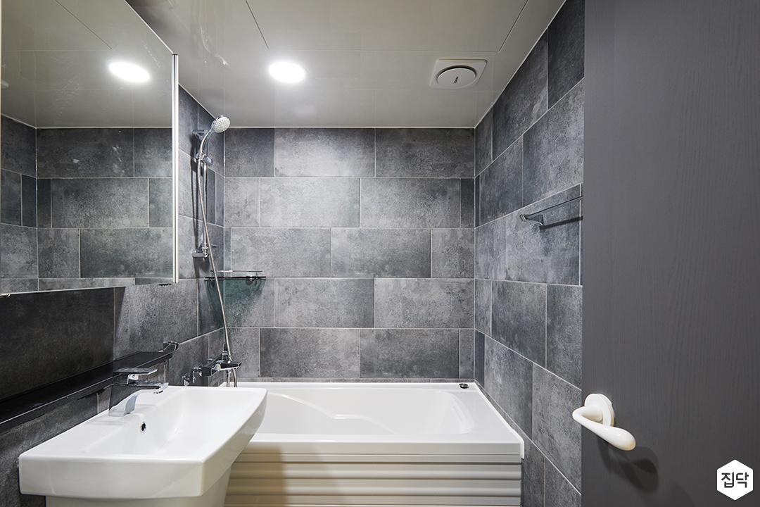 모던,심플,블랙,욕실,화장실,욕조,세면대,슬라이딩거울장,간접조명,코너선반,젠다이,모자이크패턴