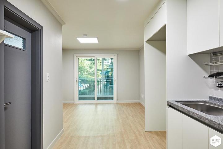 거실,화이트,심플,장판,욕실문,냉창고장,LED조명