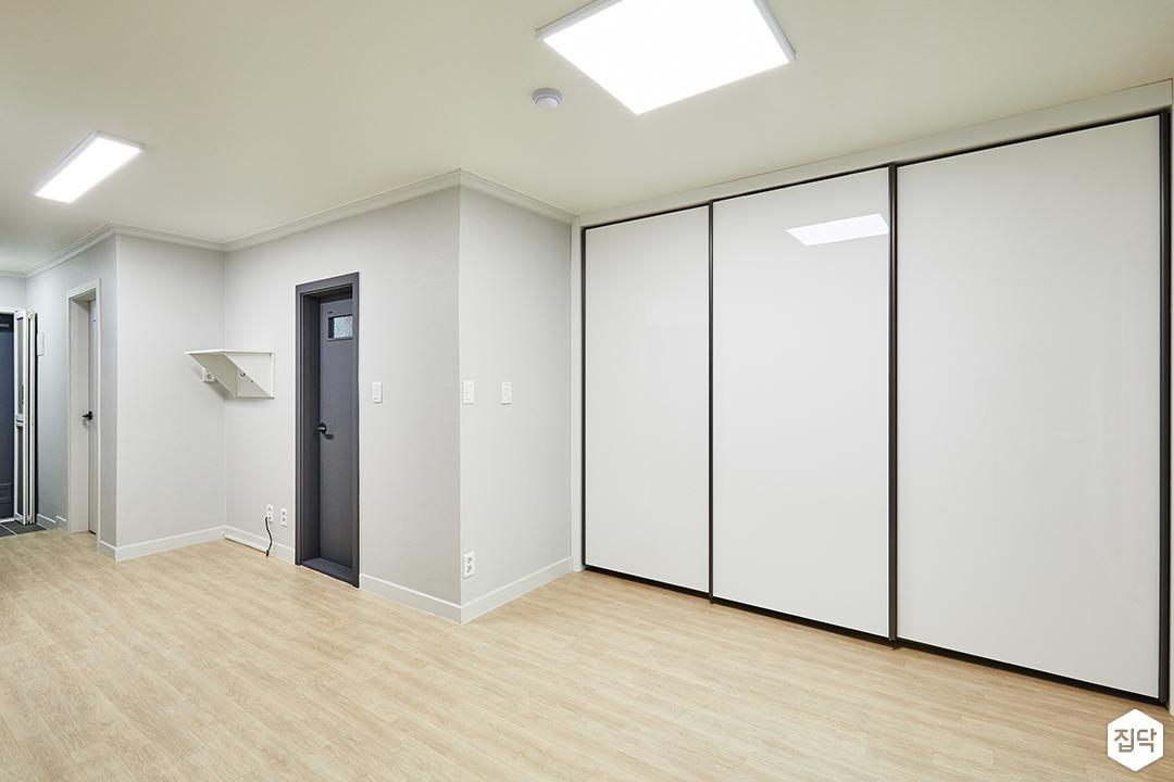 거실,화이트,심플,LED조명,슬림엣지조명,붙박이장,하이그로시,장판,선반