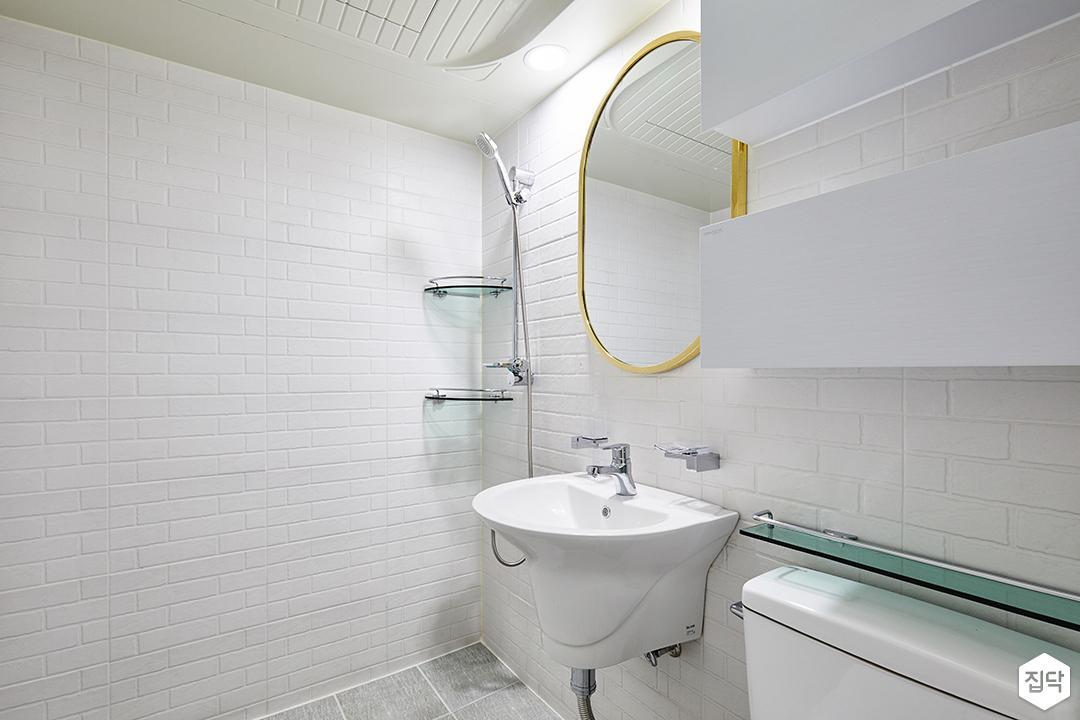 욕실,화이트,모던,서브웨이패턴,라운드거울,골드,수납장,세면대,코너선반,샤워기