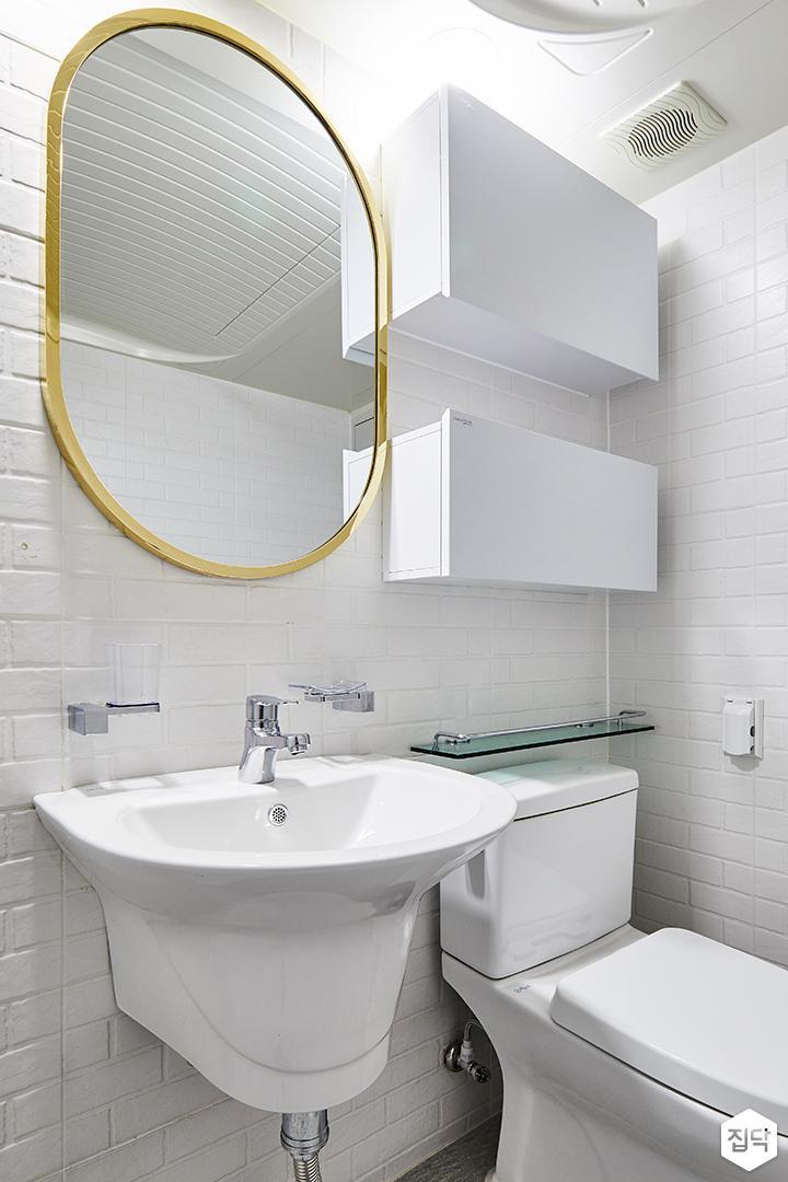 욕실,화이트,모던,서브웨이패턴,라운드거울,골드,수납장,세면대