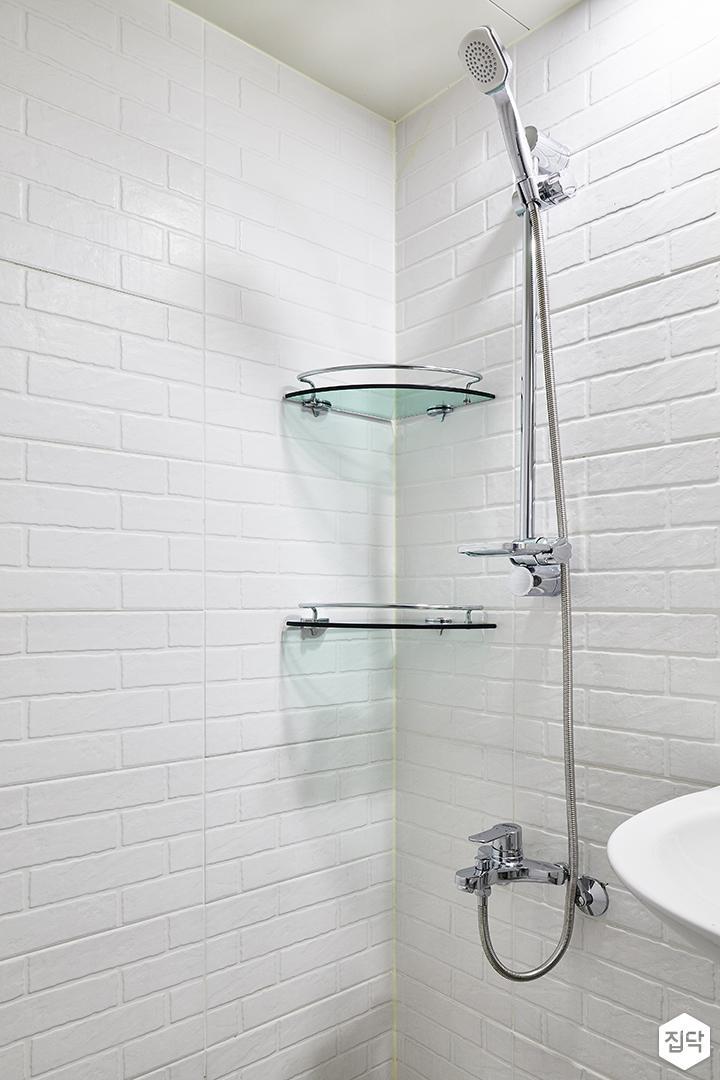 욕실,화이트,심플,서브웨이패턴,코너선반,샤워기