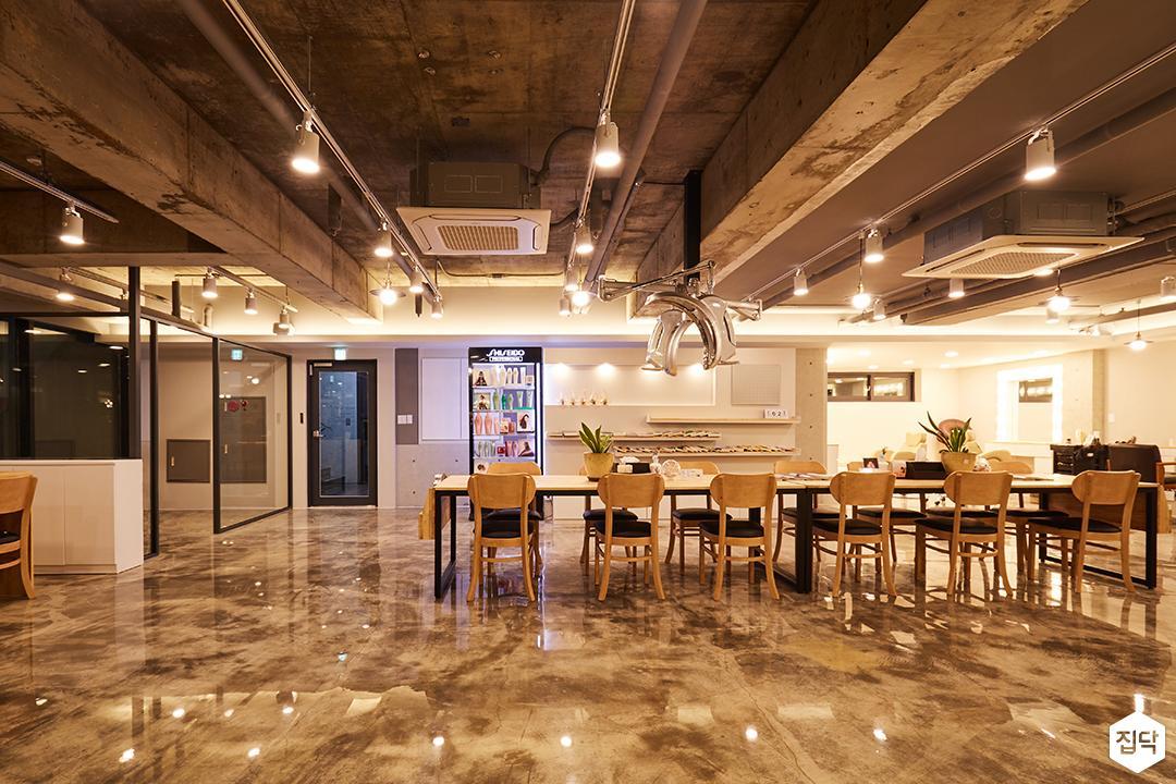 내부,모던,심플,내츄럴,천장노출,에폭시,레일스팟조명,테이블,의자,간접조명