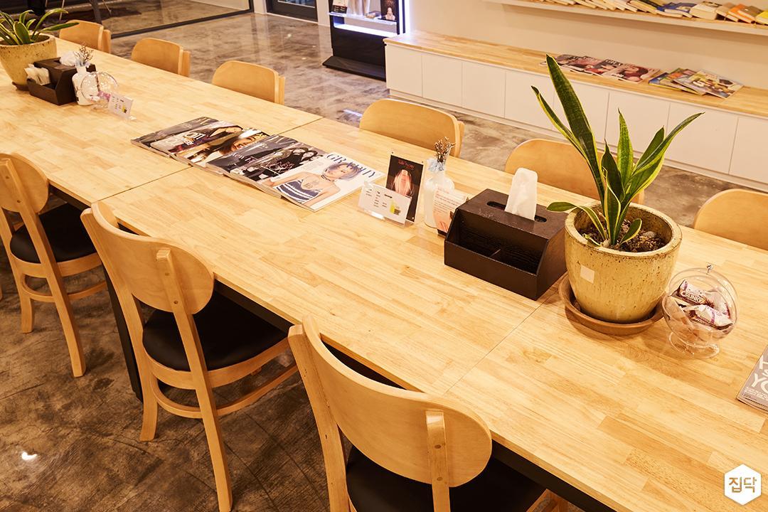 내부,모던,심플,내츄럴,목재,테이블,의자,에폭시,무지주선반,하부장