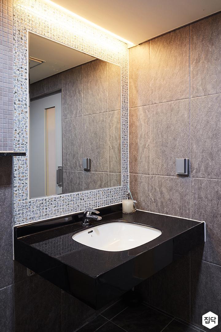 모던,심플,내츄럴,화장실,간접조명,마블패턴,모자이크타일,세면대,블랙