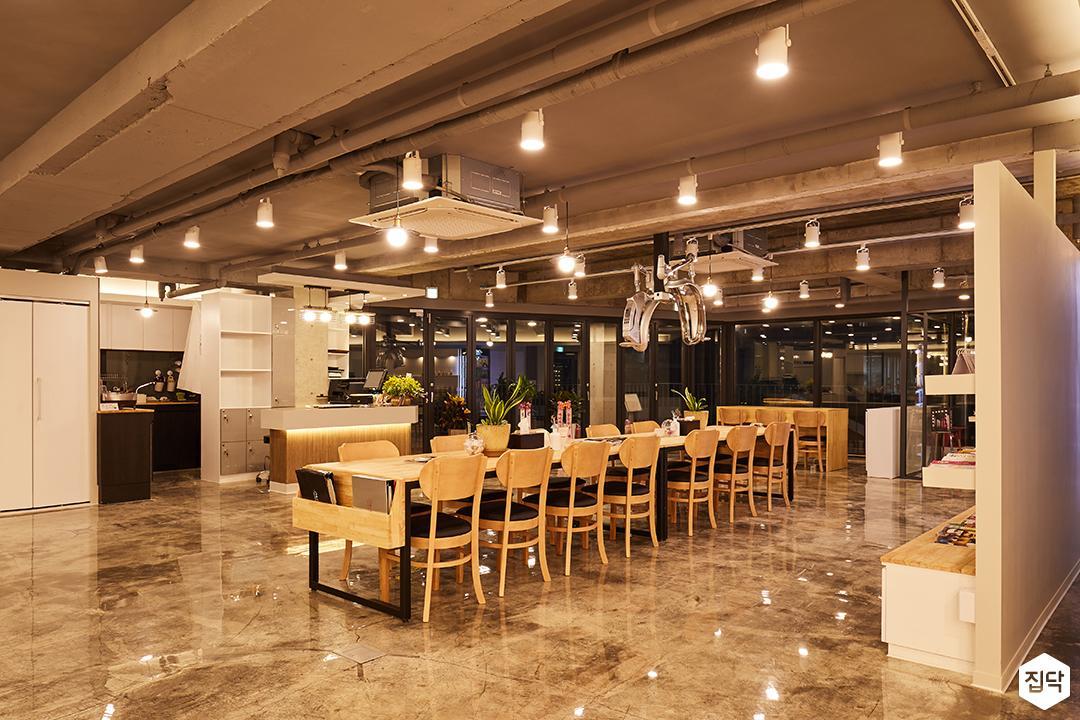 모던,심플,내츄럴,테이블,에폭시,의자,간접조명,레일스팟조명,하부장,수납장,천장노출