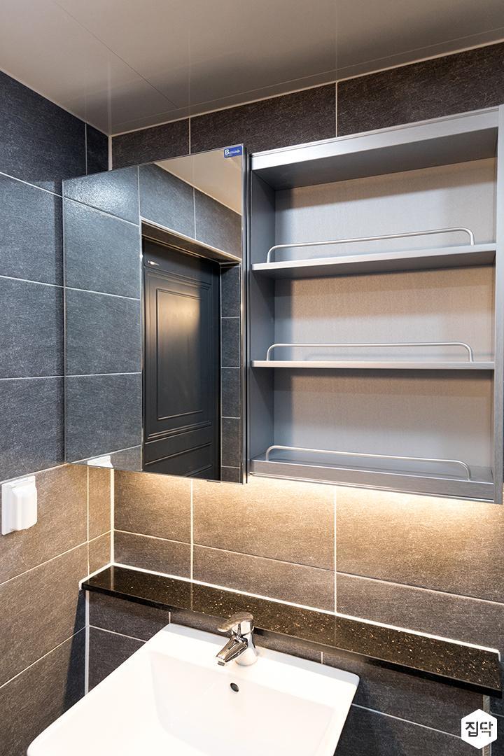 욕실,블랙,심플,슬라이딩거울장,간접조명,세면대
