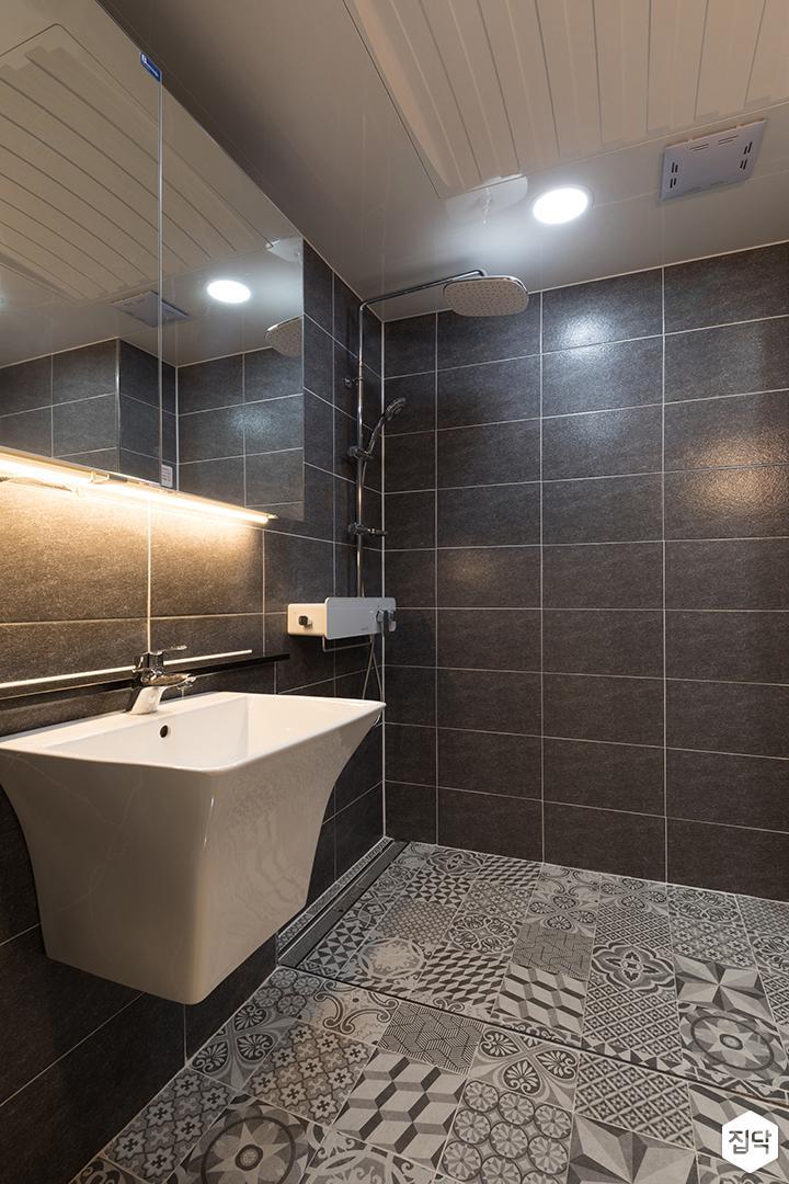 욕실,블랙,심플,간접조명,해바라기샤워기,슬라이딩거울장