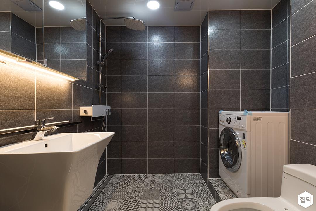 욕실,블랙,심플,간접조명,해바라기샤워기,슬라이딩거울장,세면대,세탁기