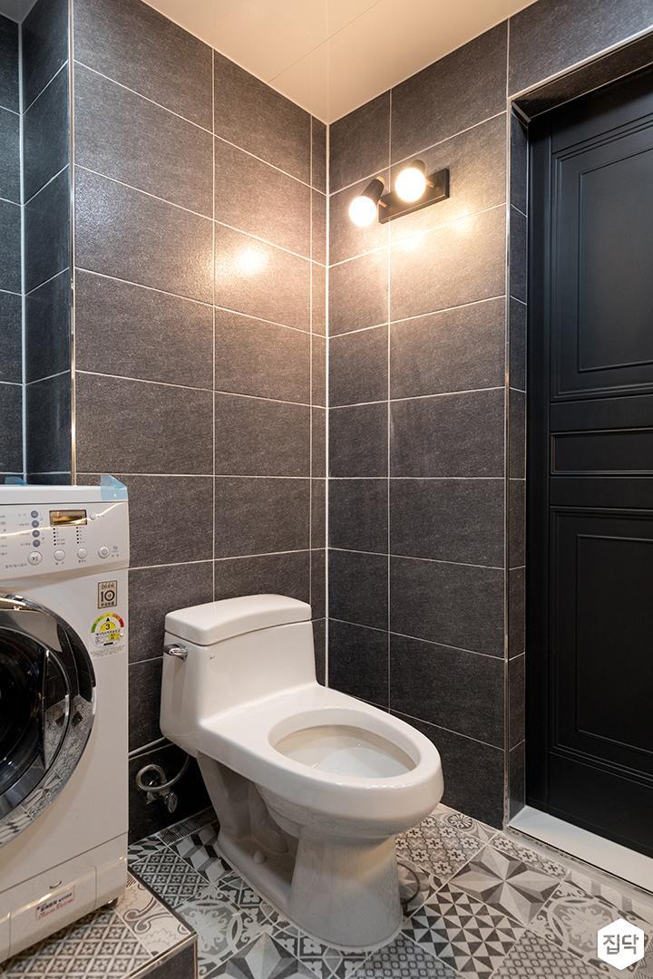 욕실,블랙,심플,간접조명,해바라기샤워기,슬라이딩거울장,세면대,세탁기,양변기,브라켓조명