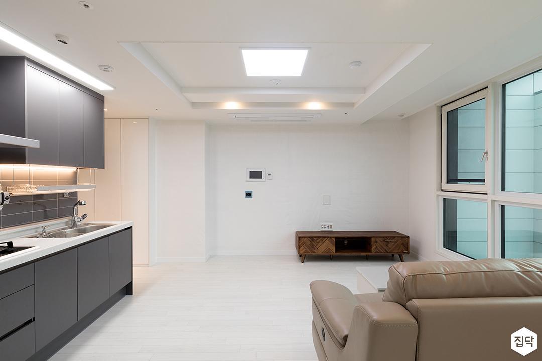 거실,화이트,심플,우물천장,LED조명,간접조명,TV선반,소파