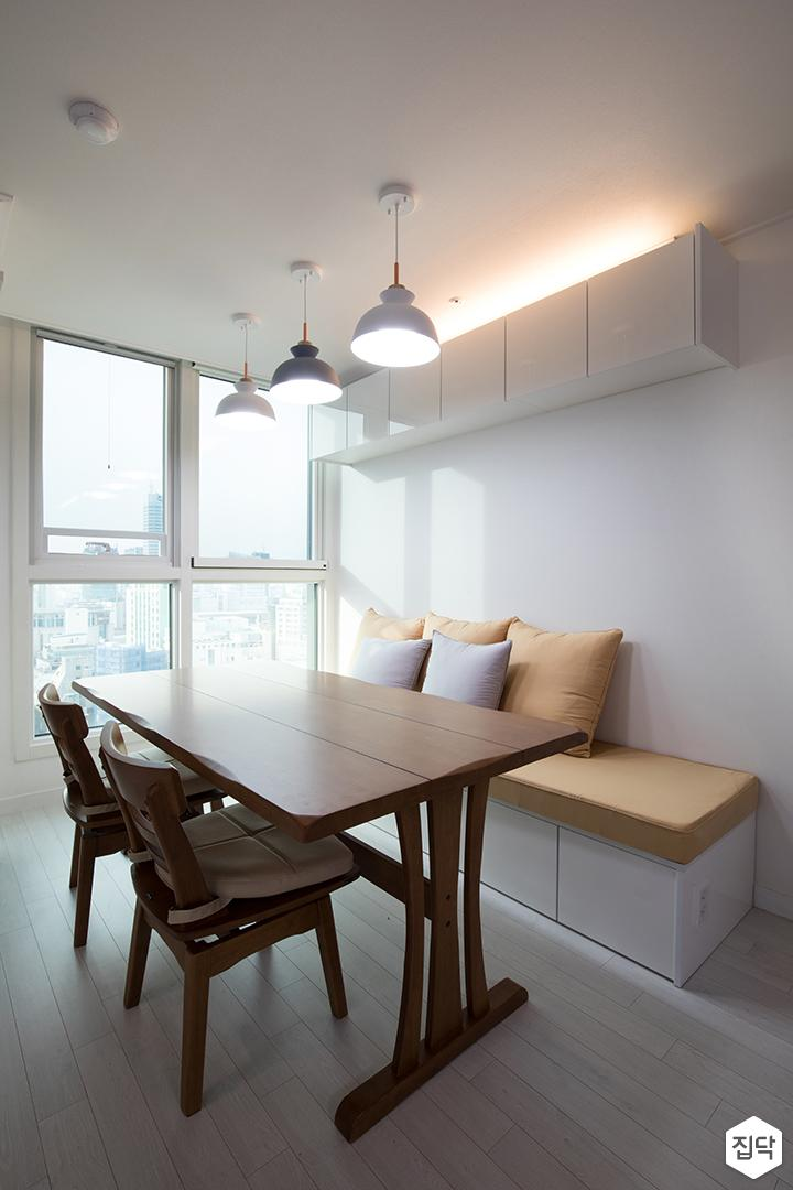 거실,화이트,심플,테이블,의자,붙박이의자,상부장,간접조명,펜던트조명