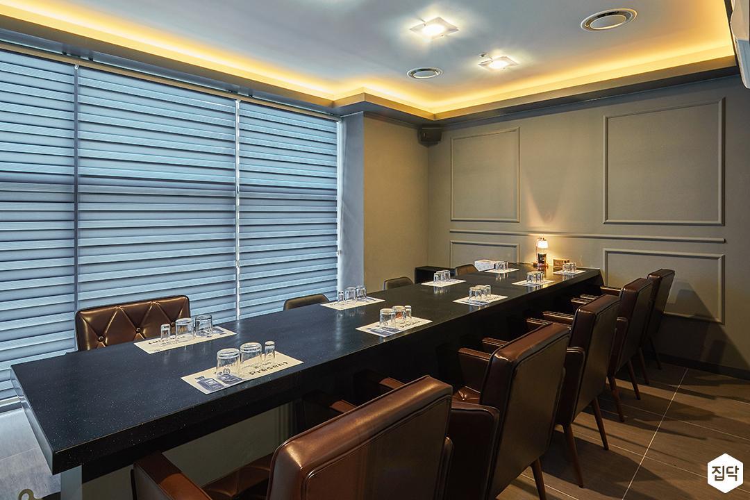 방,그레이,모던,다운라이트조명,간접조명,의자,블라인드,웨인스코팅,테이블
