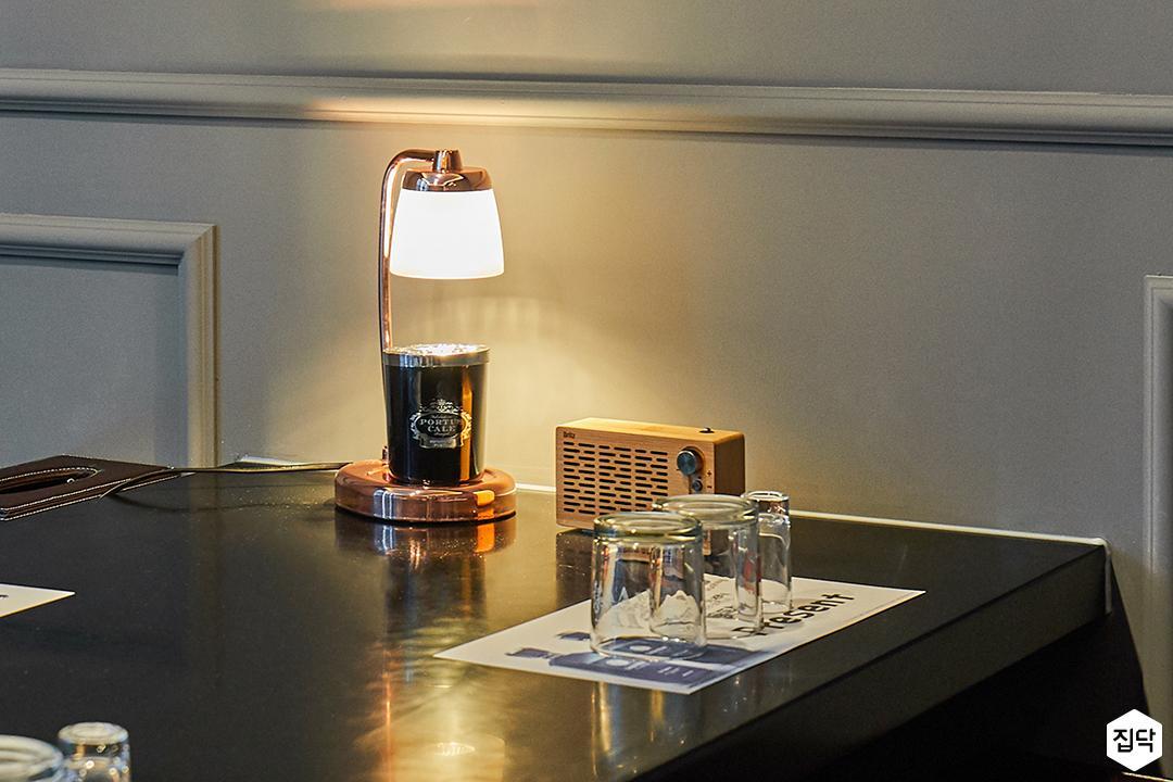 방,그레이,모던,테이블,스탠드조명,간접조명,웨인스코팅