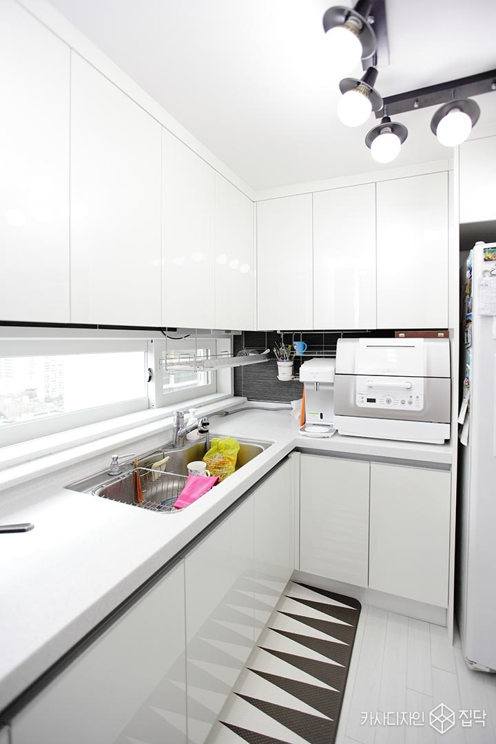 화이트,주방,포인트조명,심플