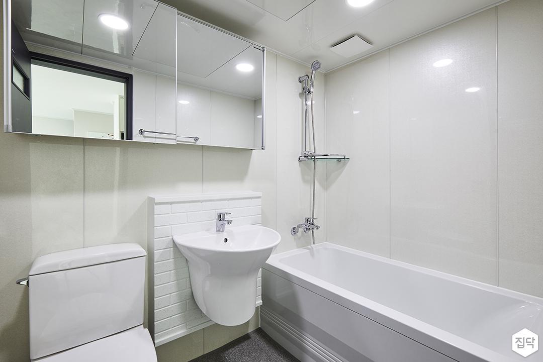 모던,심플,화이트,욕실,슬라이딩거울장,양변기,세면대,벽돌타일,욕조,코너선반