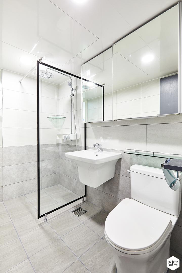 욕실,화이트,심플,베이지,유리파티션,슬라이딩거울장,세면대,양변기,코너선반