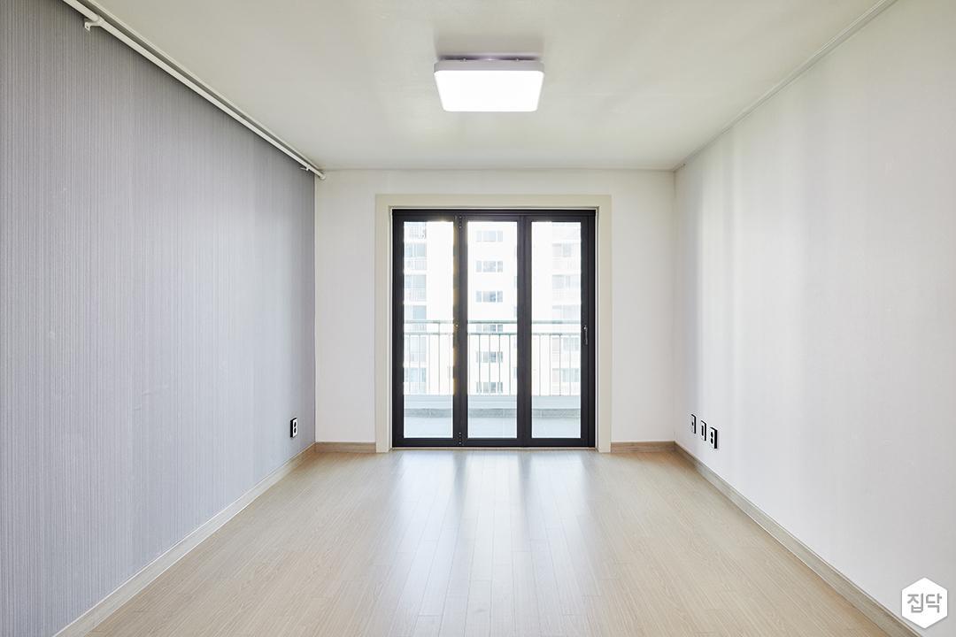 거실,화이트,심플,폴딩도어,그레이,LED조명,강마루