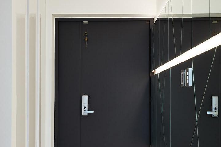 현관,화이트,모던,그레이,간접조명,디자인거울,붙박이장,하부띄움