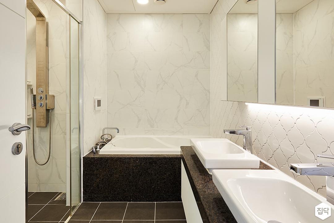 욕실,화이트,모던,욕조,세면대,유리파티션