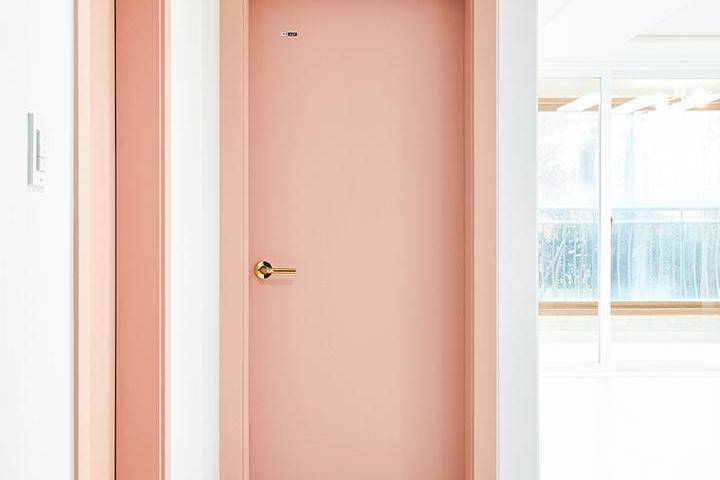 복도,화이트,핑크,심플,헤링본패턴