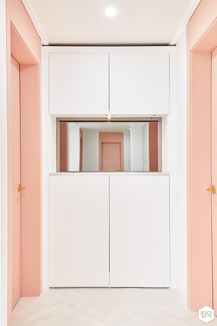 복도,화이트,핑크,심플,수납장,거울,다운라이트조명