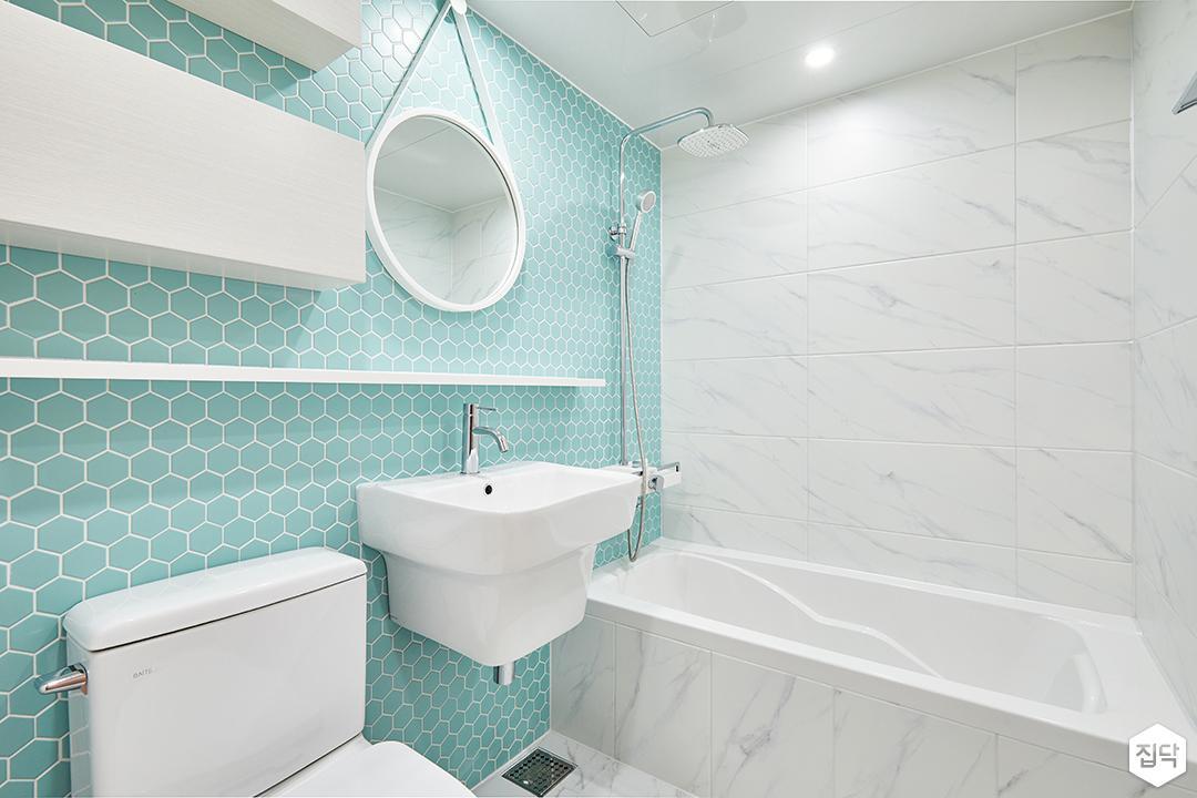 욕실,화이트,민트,심플,다운라이트조명,스트랩거울,원형거울,무지주선반,세면대,욕조,해바라기샤워기