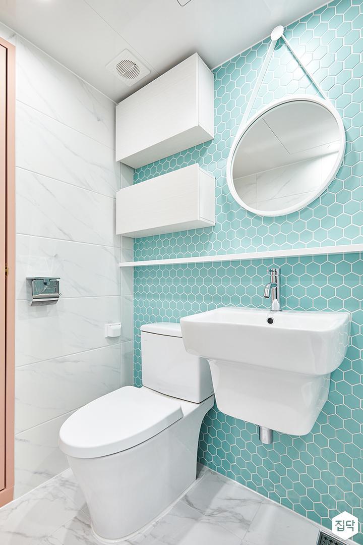 욕실,화이트,민트,심플,스트랩거울,원형거울,무지주선반,세면대,양변기,수납장