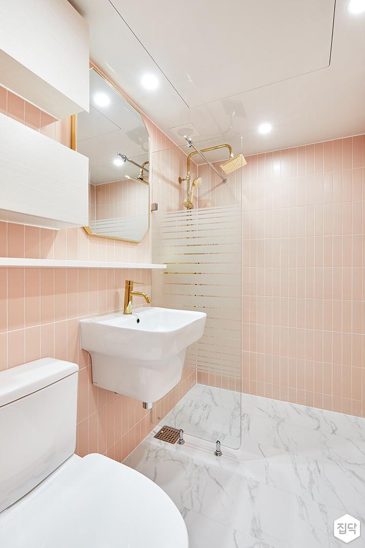 안방욕실,핑크,골드,럭셔리,다운라이트조명,거울,무지주선반,세면대,수납장,유리파티션,샤워부스,해바라기샤워기