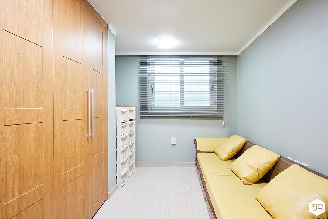 드레스룸,그레이,브라운,심플,LED조명,소파,붙박이장,수납장