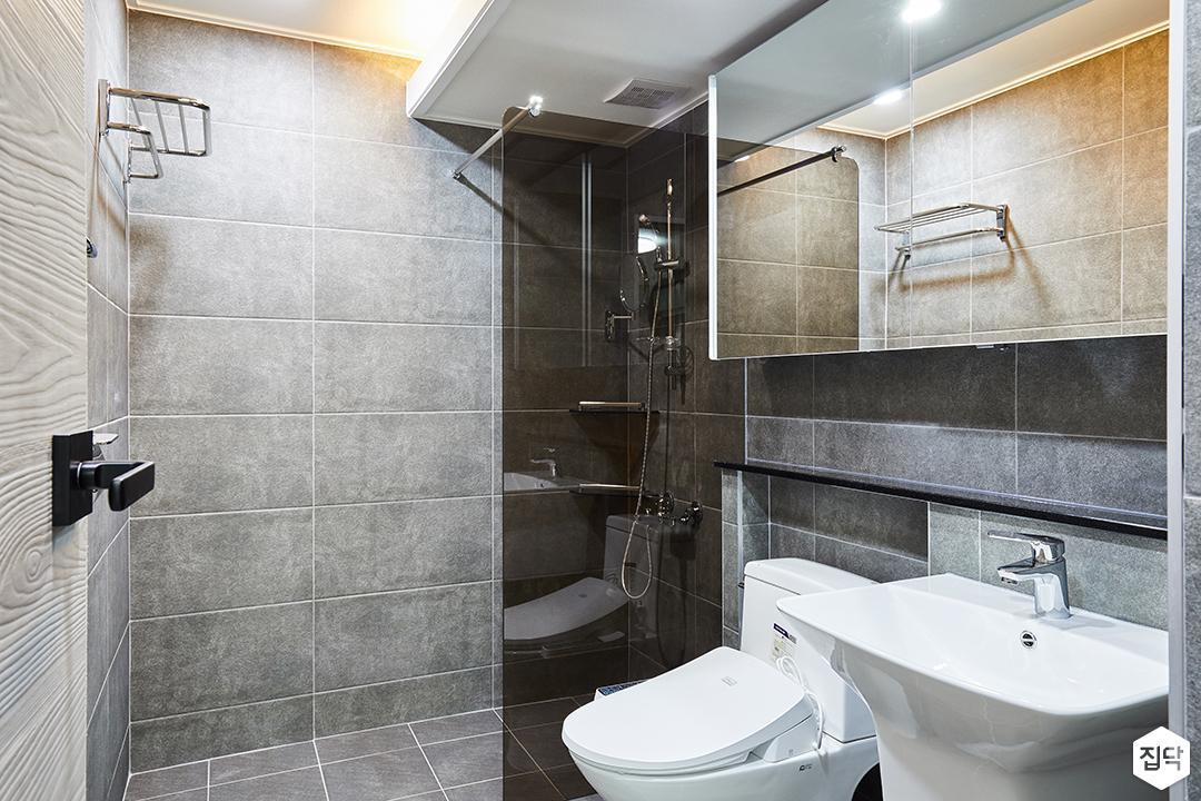 안방욕실,그레이,모던,간접조명,슬라이딩거울장,젠다이,세면대,양변기,유리파티션,샤워부스,수건걸이