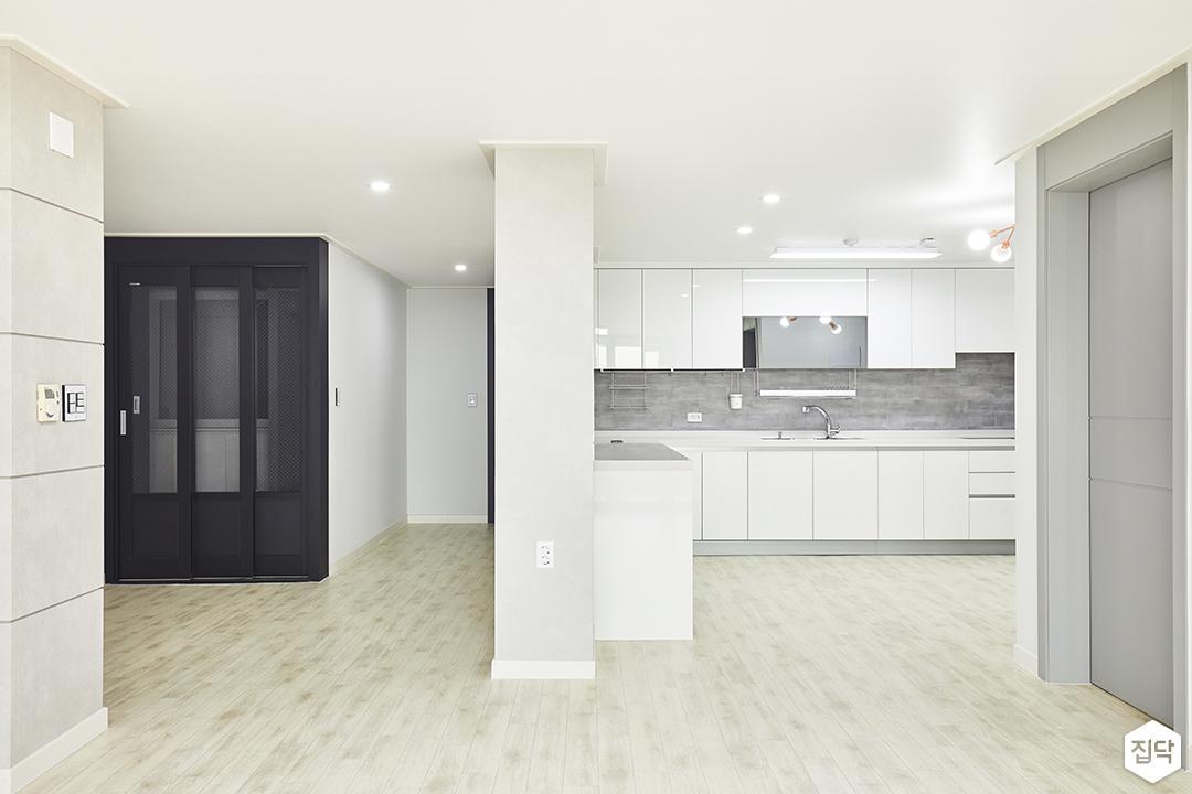 주방,화이트,심플,다운라이트조명,가벽