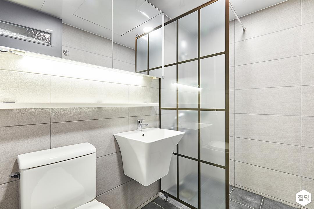 욕실,그레이,모던,슬라이딩거울장,간접조명,무지주선반,세면대,철제파티션,샤워부스