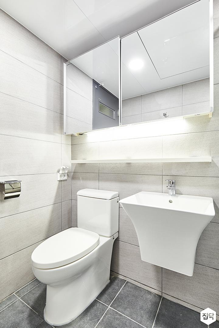 욕실,그레이,모던,슬라이딩거울장,간접조명,무지주선반,세면대,양변기