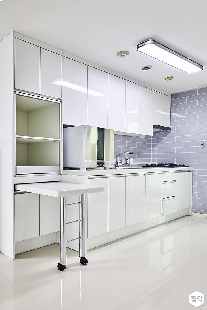 주방,화이트,심플,LED조명,ㅡ자싱크대,수납장,빌트인후드