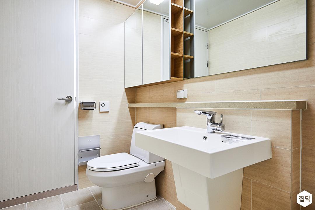 안방욕실,브라운,내츄럴,거울,거울장,젠다이,세면대,양변기,선반,수납공간