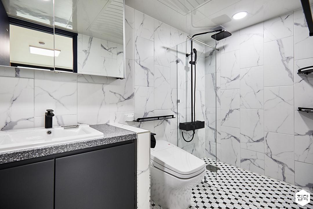 안방욕실,화이트,모던,슬라이딩거울장,세면대,수납장,양변기,유리파티션,샤워부스,해바라기샤워기