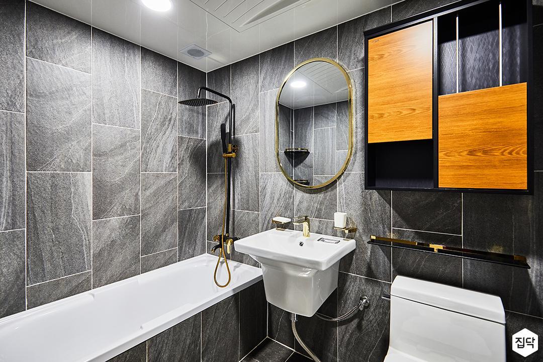 욕실,그레이,골드,클래식,다운라이트조명,욕조,해바라기샤워기,세면대,거울,수납장