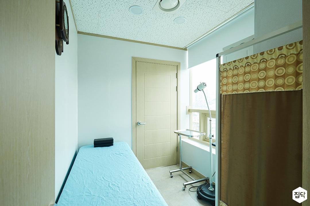 화이트,심플,우드,진료실,침대