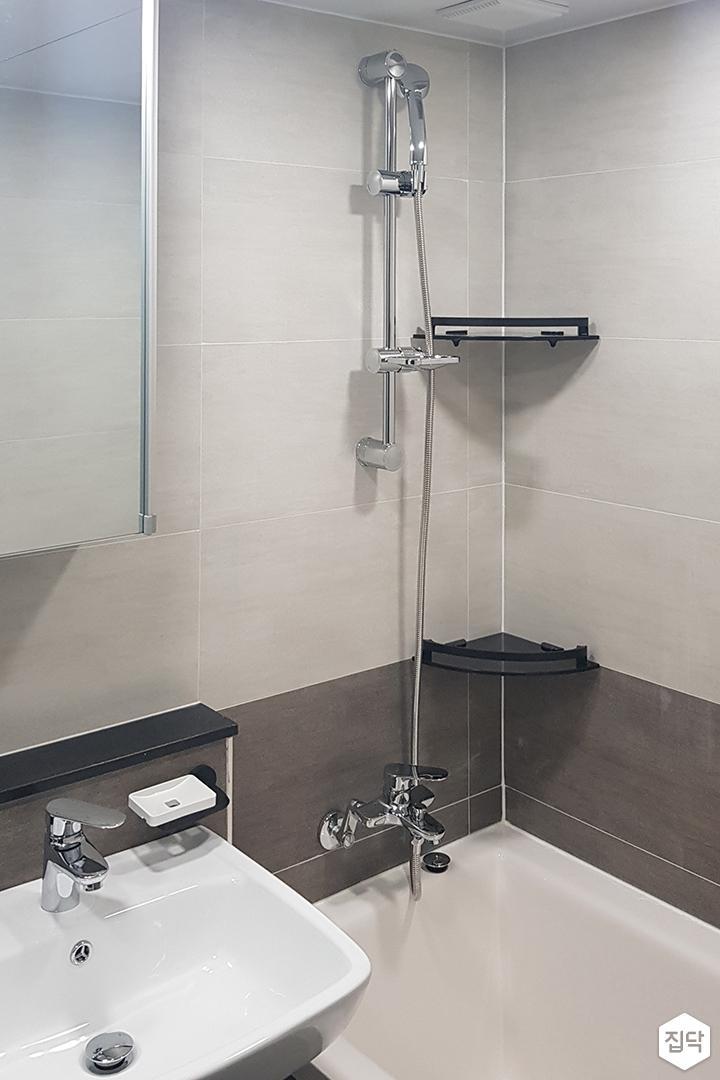 욕실,그레이,모던,욕조,코너선반,거울,젠다이,세면대