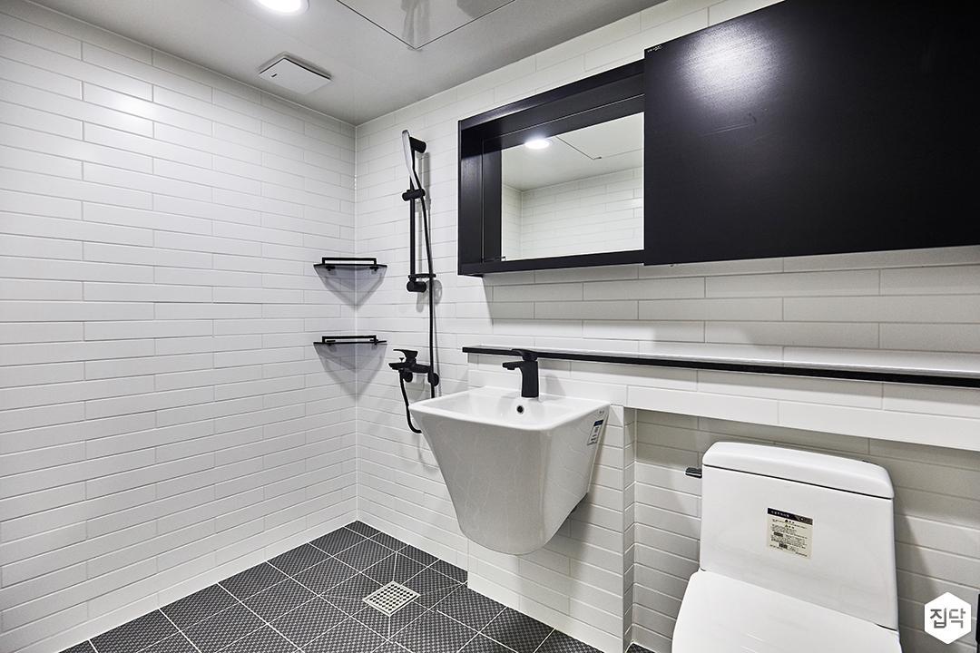 안방욕실,화이트,블랙,모던,거울,수납장,젠다이,세면대,코너선반