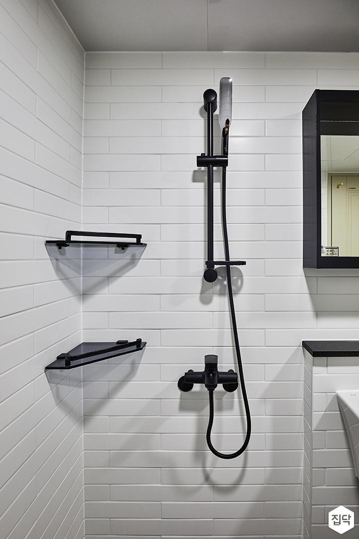 안방욕실,화이트,블랙,모던,거울,젠다이,코너선반